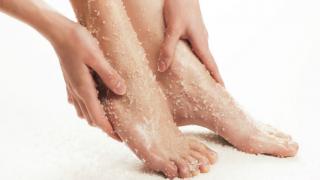 7 Maneras de exfoliar la piel muerta de tus pies